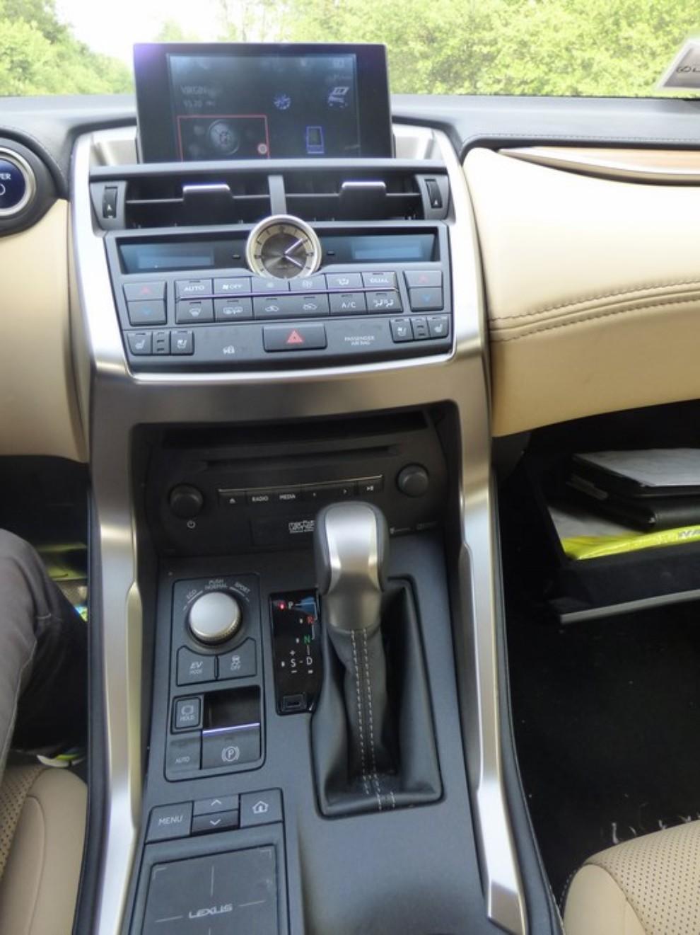 Lexus NX Hybrid 4WD Luxury: la prova su strada con prestazioni e consumi - Foto 14 di 36