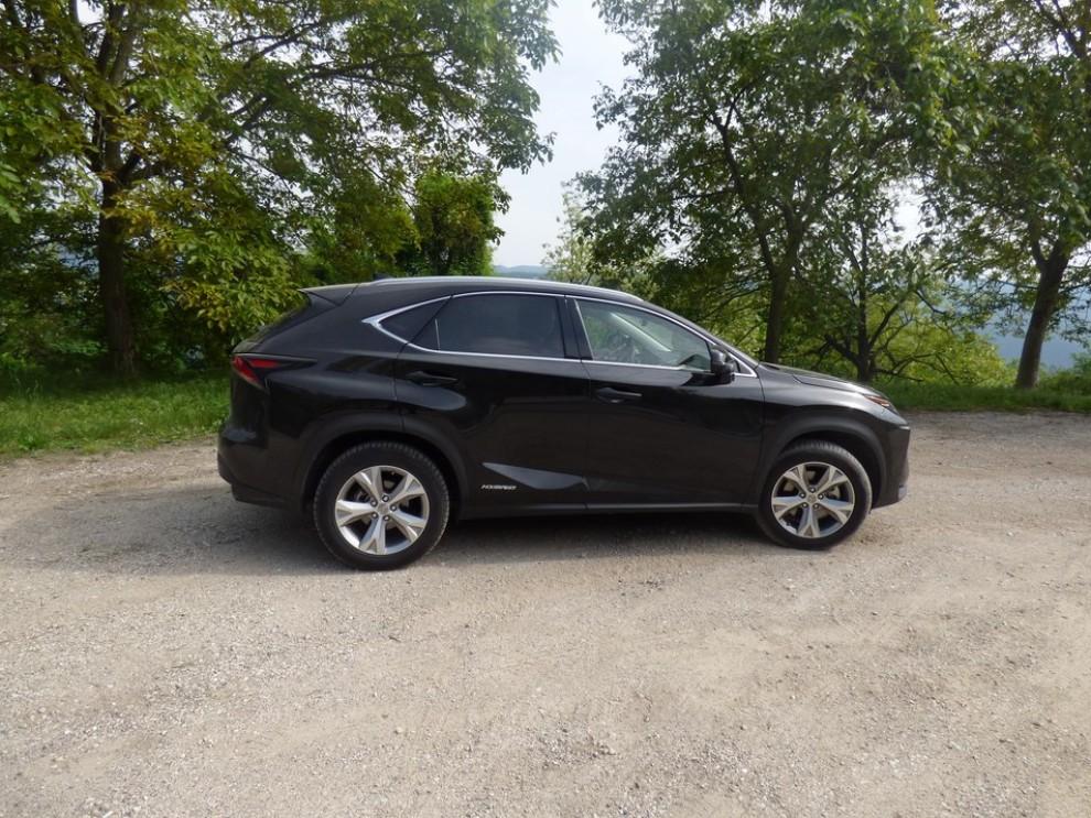 Lexus NX Hybrid 4WD Luxury: la prova su strada con prestazioni e consumi - Foto 25 di 36