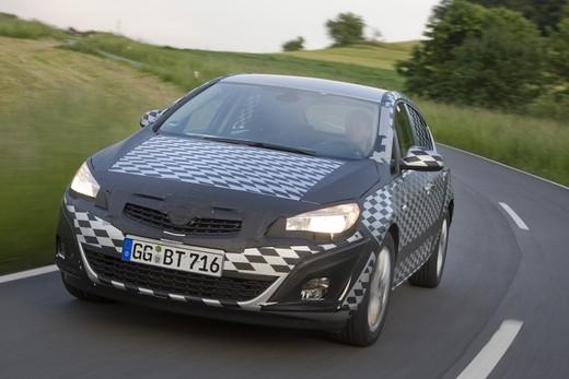 Nuova Opel Astra: le foto spia della berlina camuffata