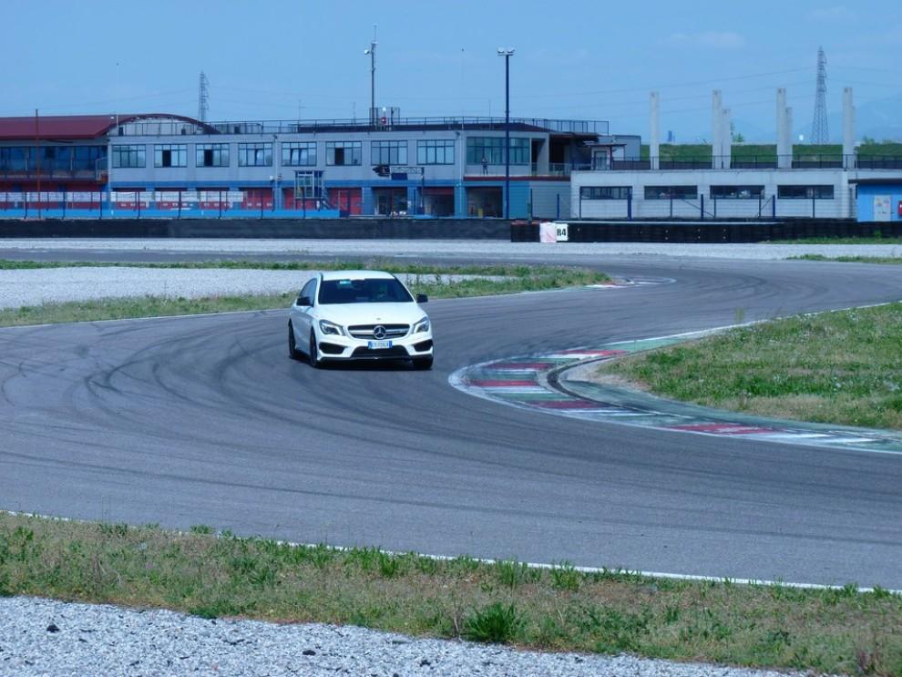 Mercedes CLA Shooting Brake 45 AMG la prova in pista - Foto 30 di 43