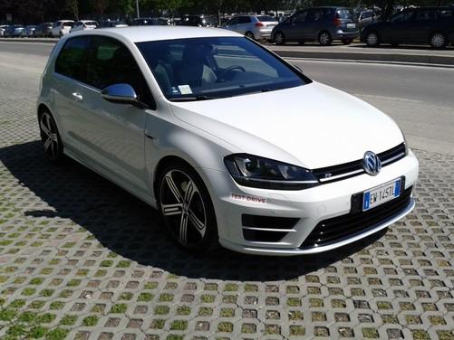 Volkswagen Golf R provata su strada ed in pista