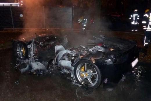 Giovane genio incendia la Ferrari 458 per ottenerne una nuova dal papi