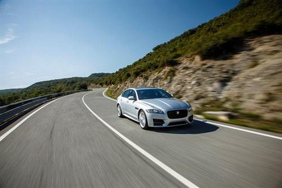 Nuova Jaguar XF foto, prezzi e dati tecnici ufficiali - Foto 5 di 13