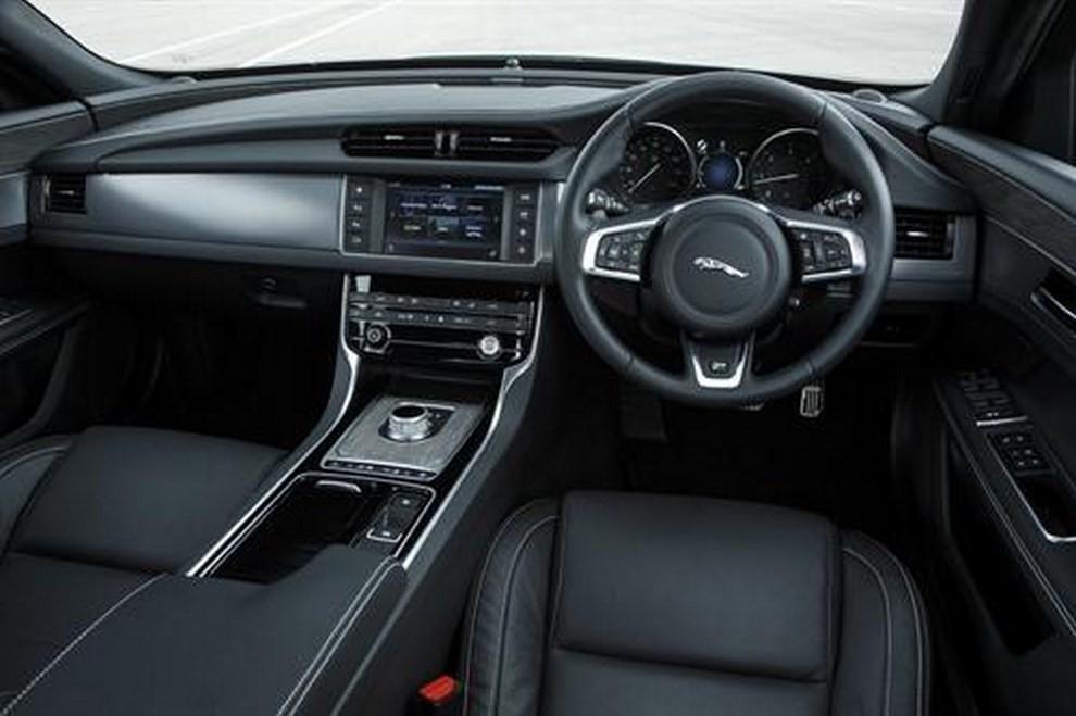 Nuova Jaguar XF foto, prezzi e dati tecnici ufficiali - Foto 8 di 13