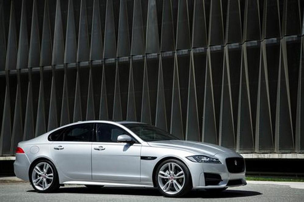 Nuova Jaguar XF foto, prezzi e dati tecnici ufficiali - Foto 9 di 13