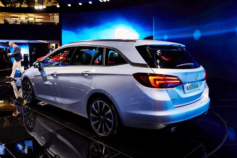 Nuova Opel Astra Sports Tourer prime immagini ed informazioni ufficiali - Foto 1 di 9