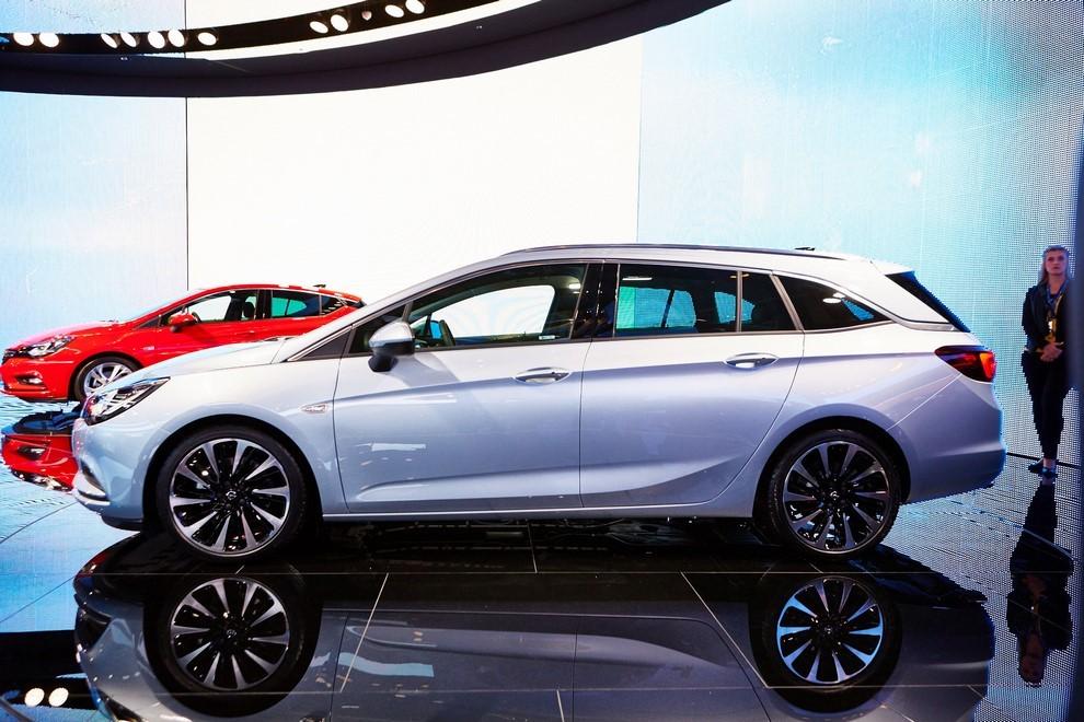 Nuova Opel Astra Sports Tourer prime immagini ed informazioni ufficiali - Foto 2 di 9