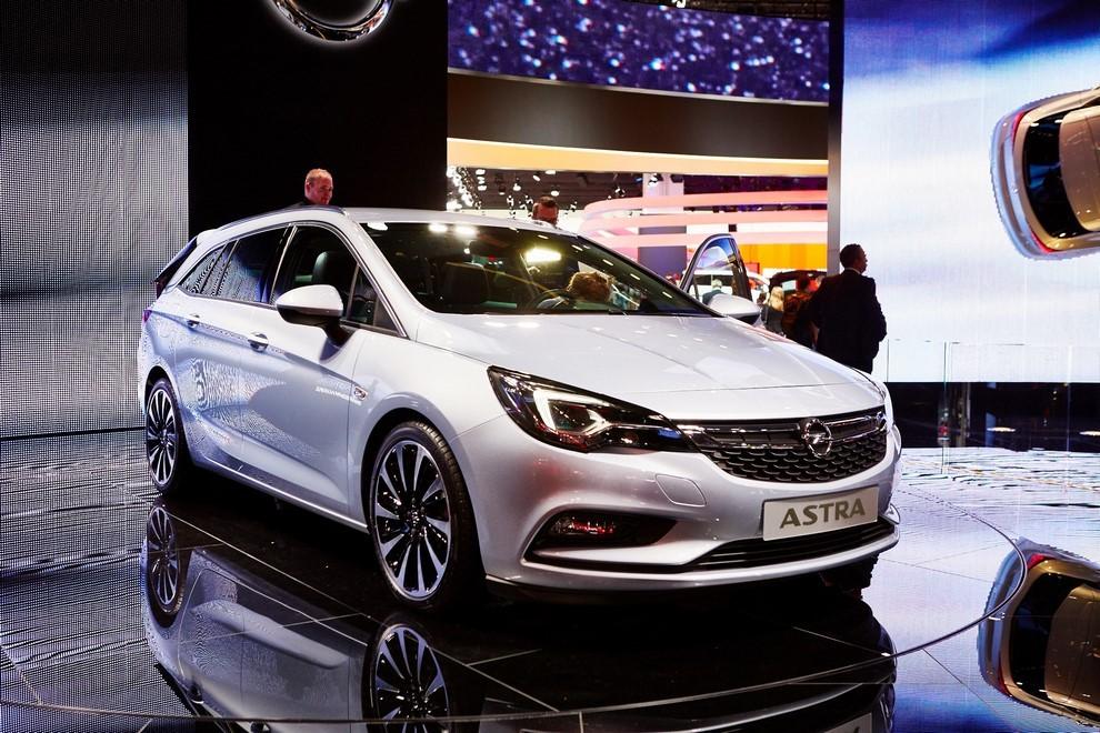 Nuova Opel Astra Sports Tourer prime immagini ed informazioni ufficiali - Foto 3 di 9