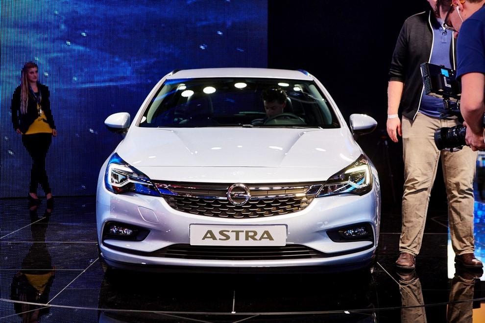Nuova Opel Astra Sports Tourer prime immagini ed informazioni ufficiali - Foto 4 di 9