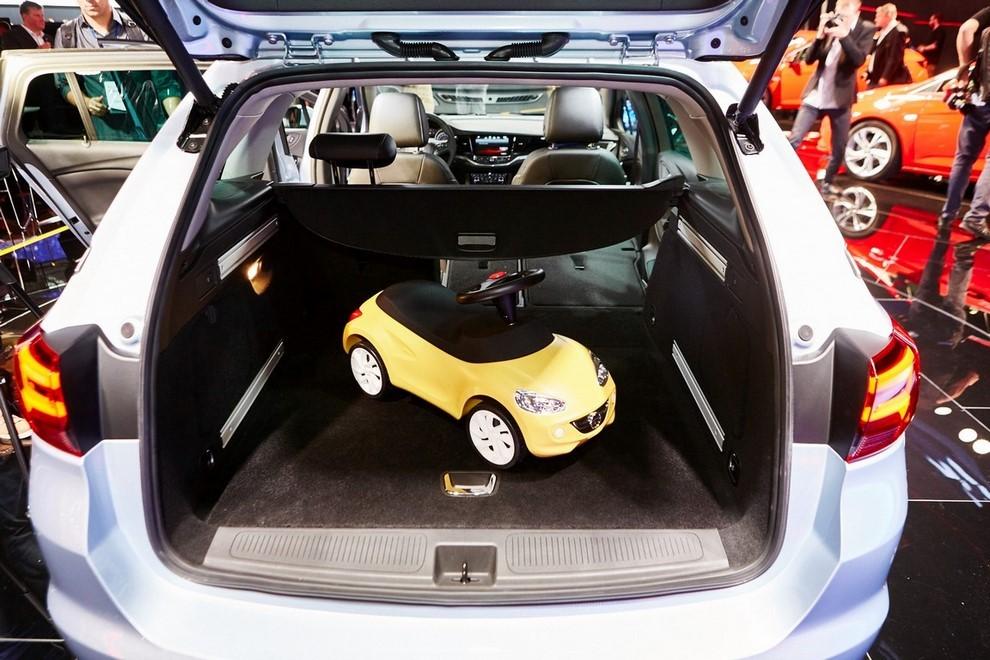 Nuova Opel Astra Sports Tourer prime immagini ed informazioni ufficiali - Foto 5 di 9