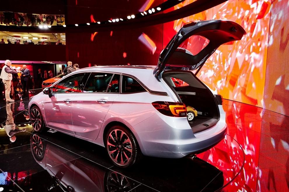 Nuova Opel Astra Sports Tourer prime immagini ed informazioni ufficiali - Foto 6 di 9