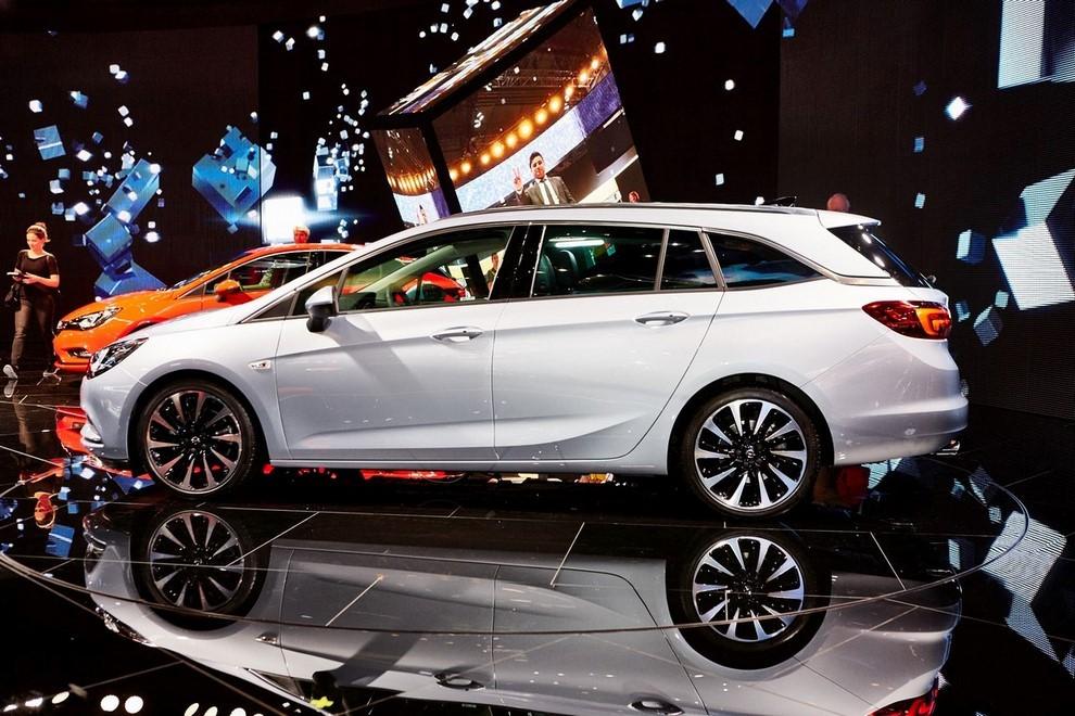 Nuova Opel Astra Sports Tourer prime immagini ed informazioni ufficiali - Foto 8 di 9