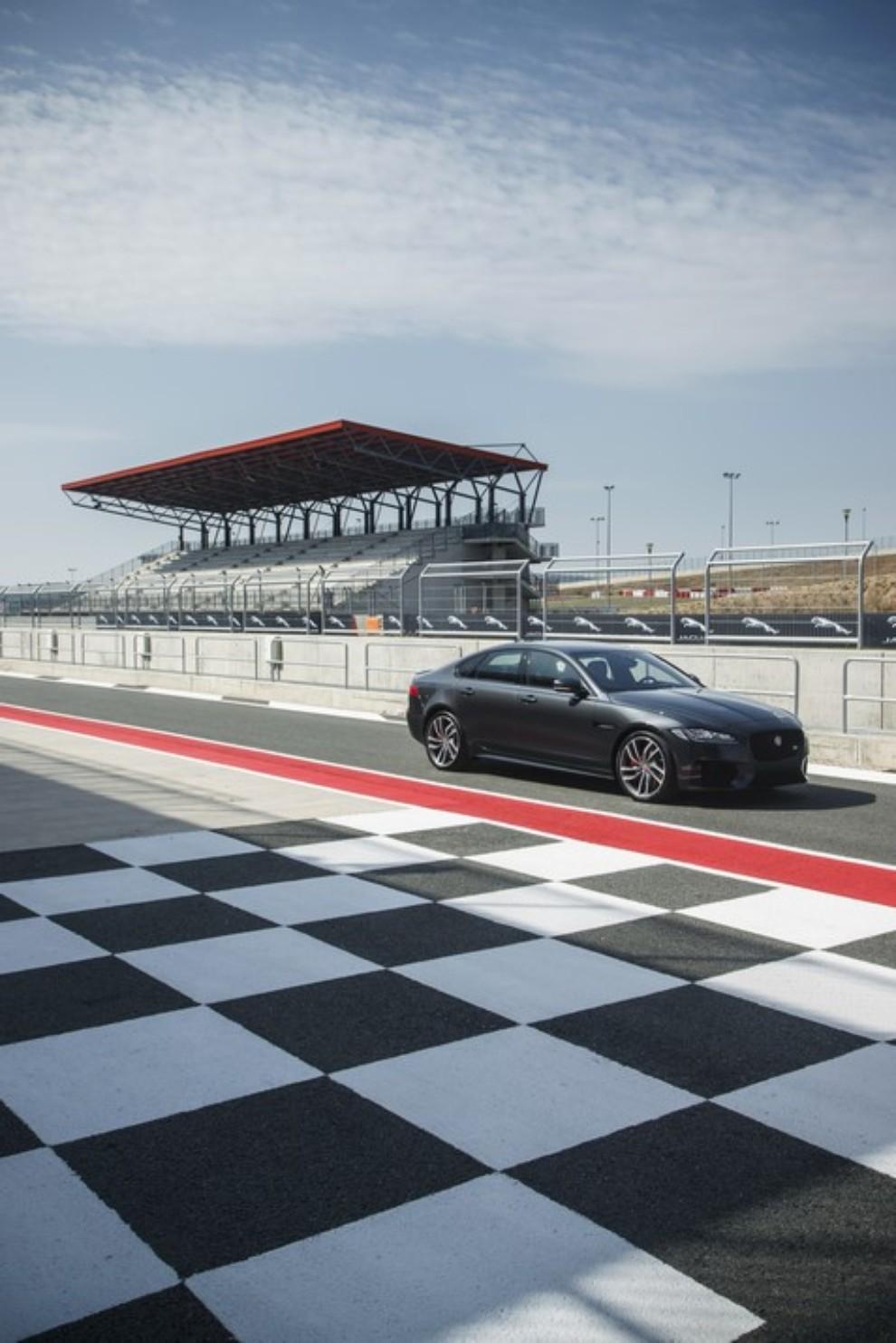 Nuova Jaguar XF prova su strada e su pista - Foto 15 di 37