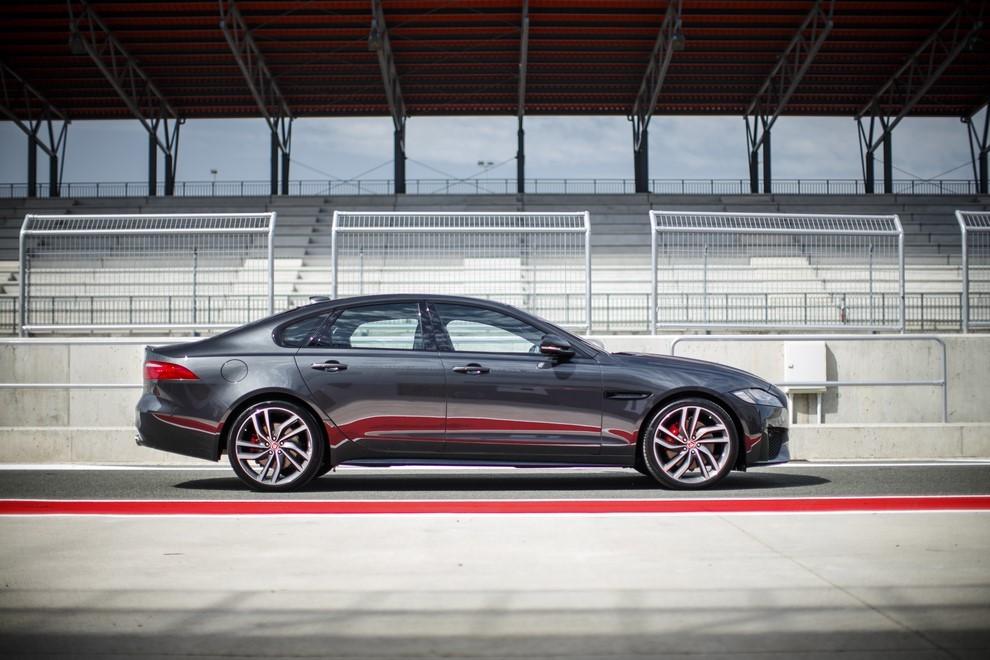 Nuova Jaguar XF prova su strada e su pista - Foto 16 di 37