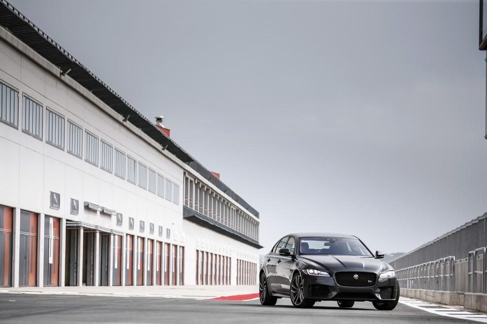 Nuova Jaguar XF prova su strada e su pista - Foto 20 di 37