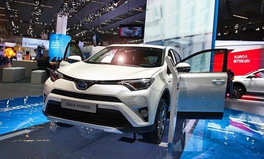 Toyota RAV4, dal 2016 anche ibrida
