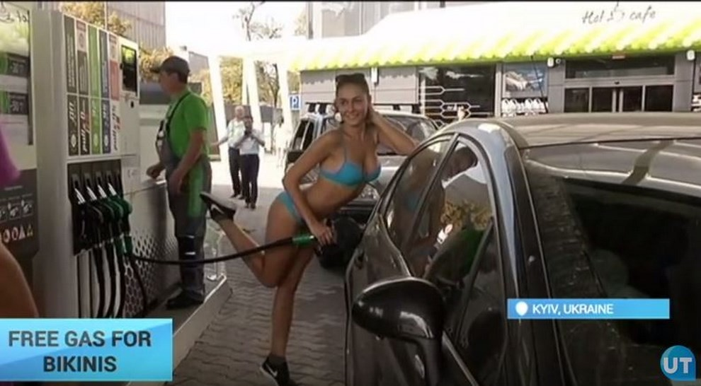 Benzina gratis per le ragazze che si riforniscono in bikini - Foto 1 di 4