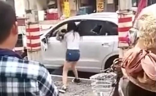 Una signora molto arrabbiata distrugge la propria Audi Q3