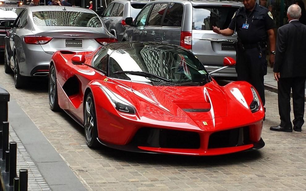 577930cf4c Ferrari, debutto in Borsa a Piazza Affari in chiaroscuro - Foto 3 di 6
