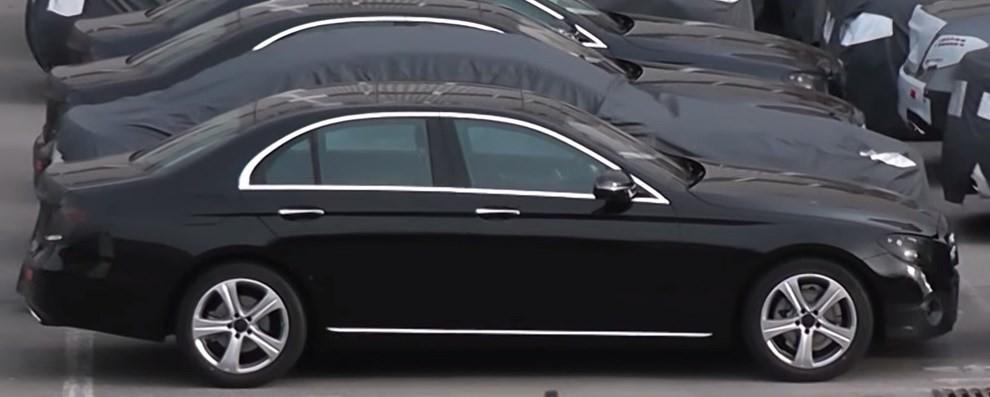 Mercedes Classe E, la nuova versione mostra i primi dettagli - Foto 2 di 4