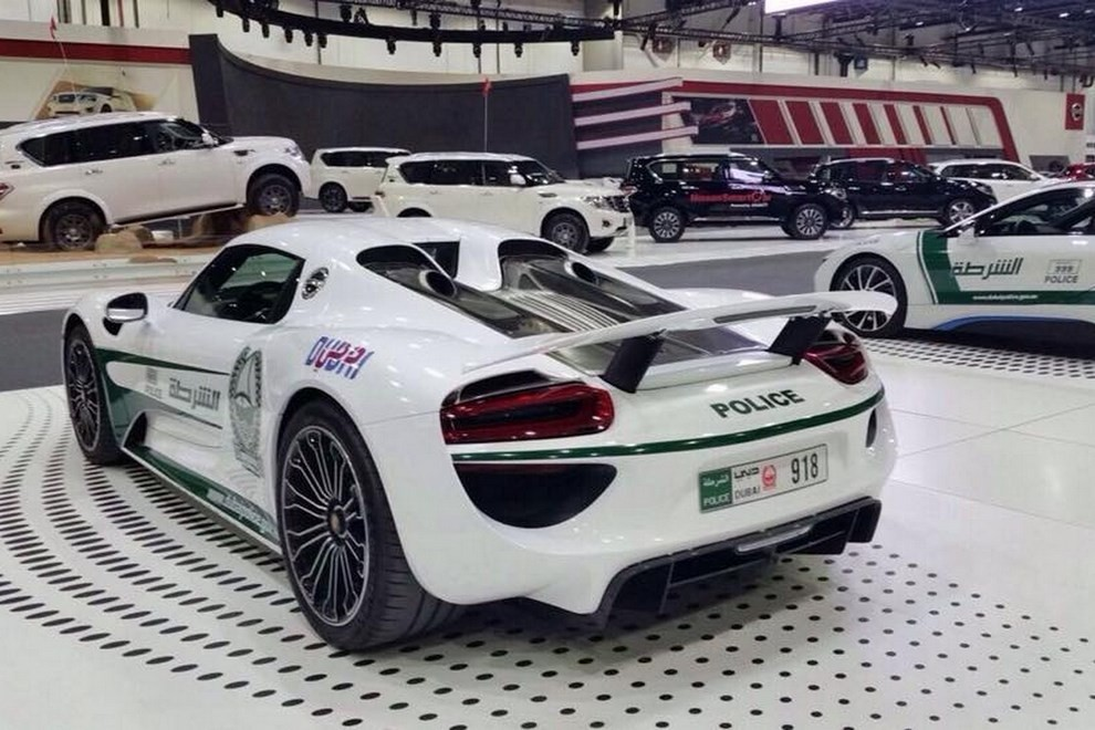 la polizia di dubai ha scelto la porsche 918 spyder infomotori. Black Bedroom Furniture Sets. Home Design Ideas