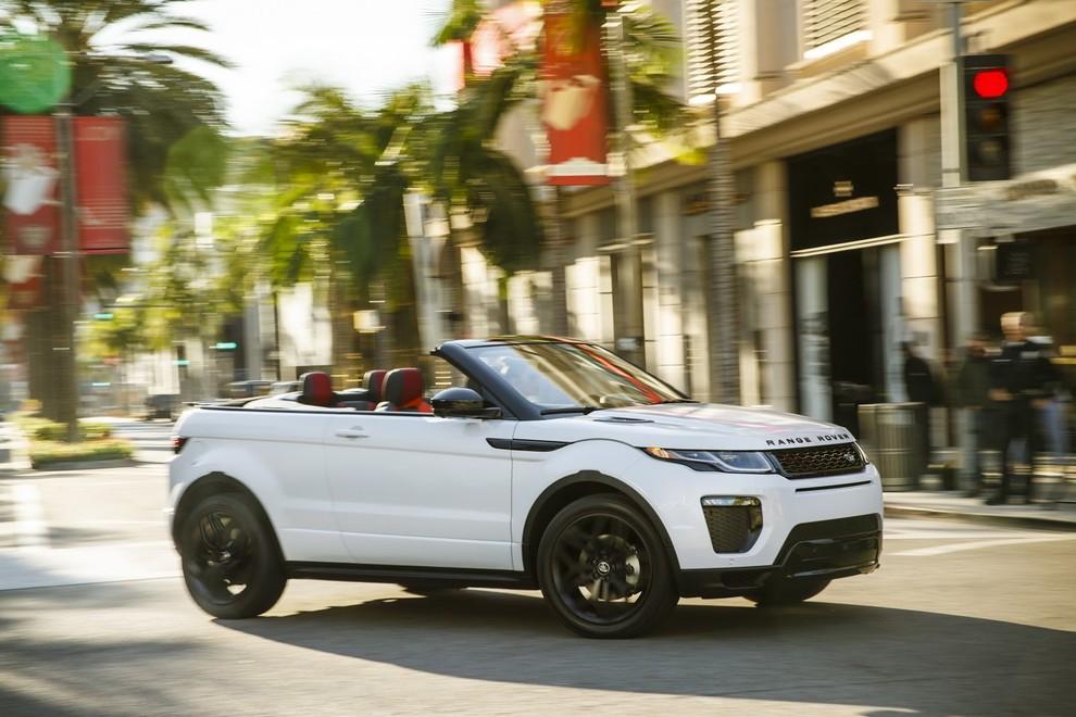 La sexy bond Girl presenta la nuova Range Rover Evoque Cabrio - Foto 13 di 39