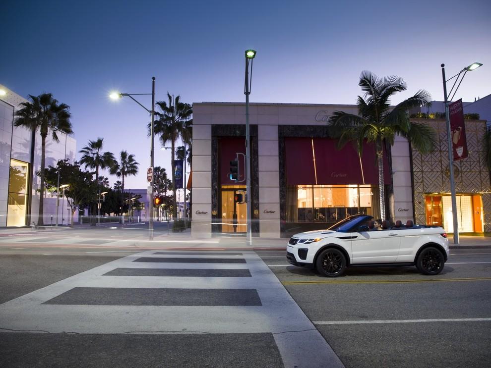 La sexy bond Girl presenta la nuova Range Rover Evoque Cabrio - Foto 22 di 39