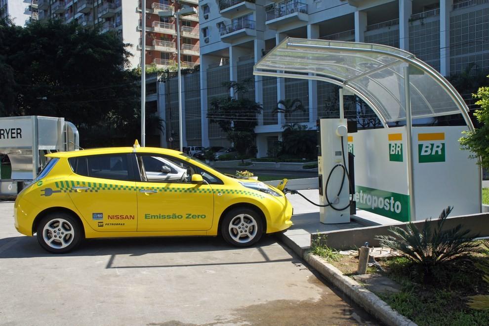 Il Comune di Milano propone 500 licenze per taxi elettrici - Foto 2 di 6