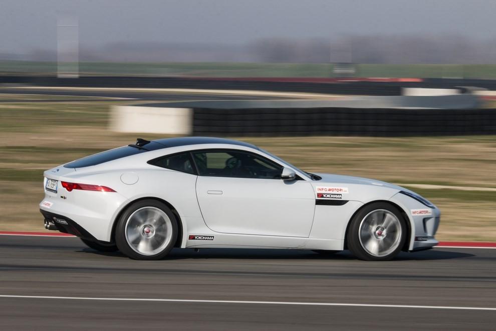 Jaguar F-Type S 3.0 AWD provata in pista con Tommy Maino - Foto 5 di 7