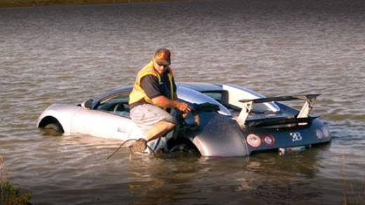 Dentro il lago con la Bugatti Veyron, condannato l'autista