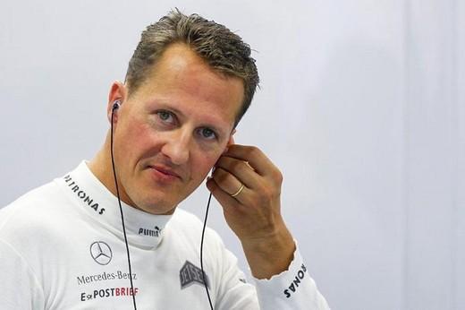 Michael Schumacher cammina e compie piccoli passi